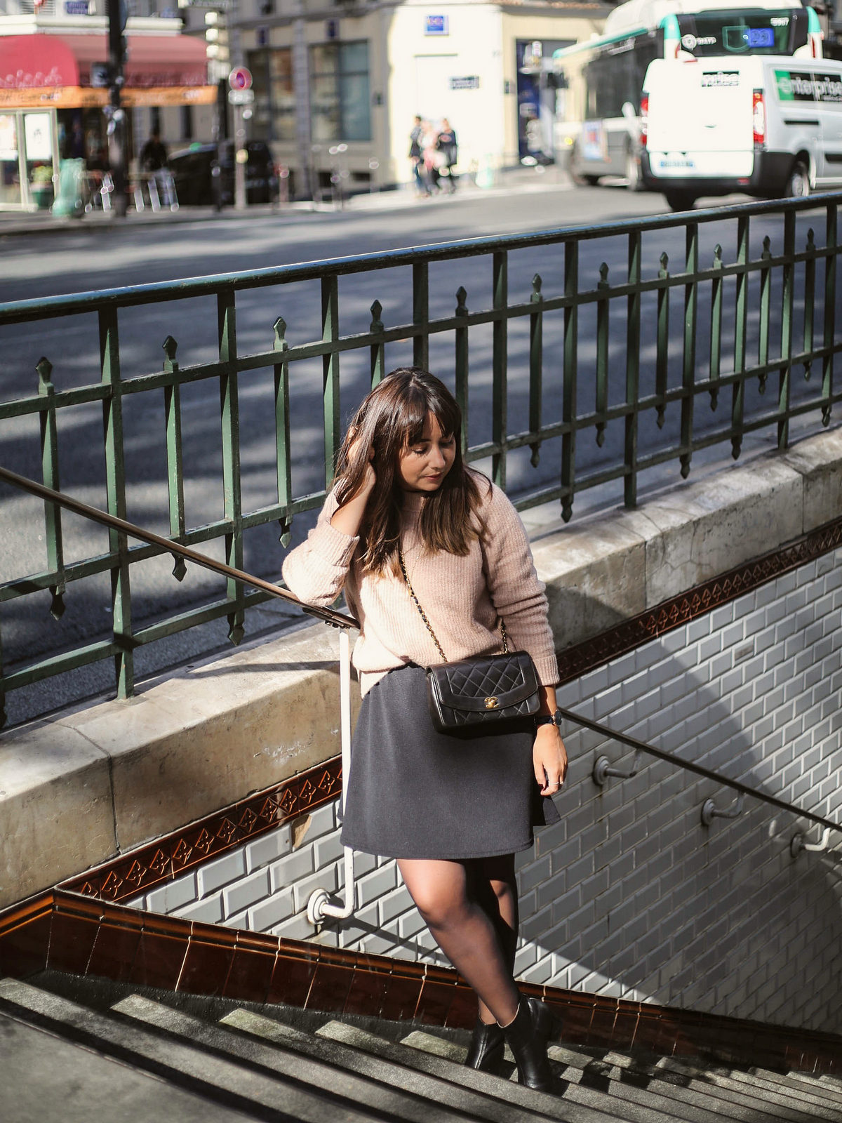 pull vieux rose - parisian outfit - chanel bag diana - du style madame - blog mode