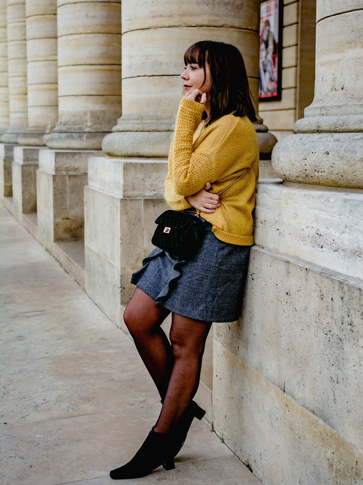 pull moutarde - jupe à volants - sac velours - bottines chaussettes - du style madame - blog mode