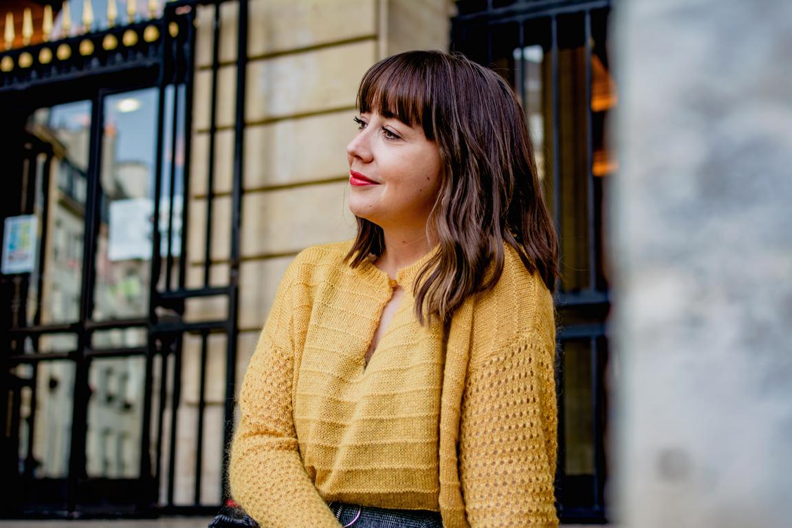 pull moutarde - jupe à volants - sac velours - bottines chaussettes - du style madame - blog mode